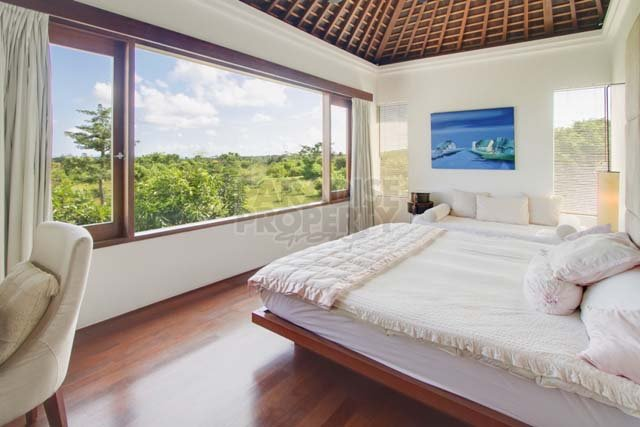 Stylish 6 Bedroom Residence with Panoramic Views. A Must See!