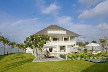 The Impressive and Graceful Villa at Beautiful Surfing Beach of Canggu