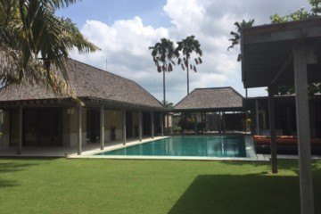 Spacious 4 bedroom Family Villa on 2200 Square Meters in Kerobokan available for Yearly Rent