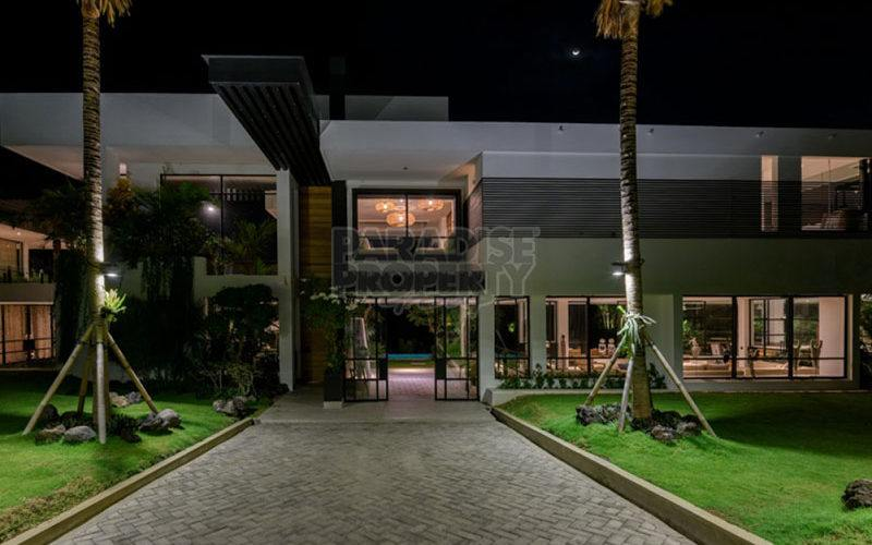 Stylish WOW FACTOR 6 Bedroom Luxury Residence.
